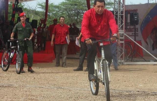 Presidente Chávez aprende a manejar bicicleta sin rueditas