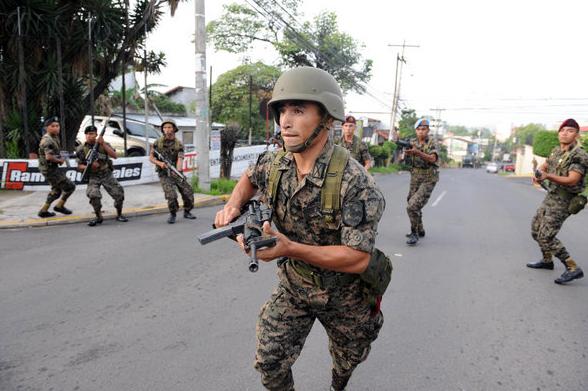 """Soldado insurgente toma el poder al paso de """"Sopa de Caracol"""""""