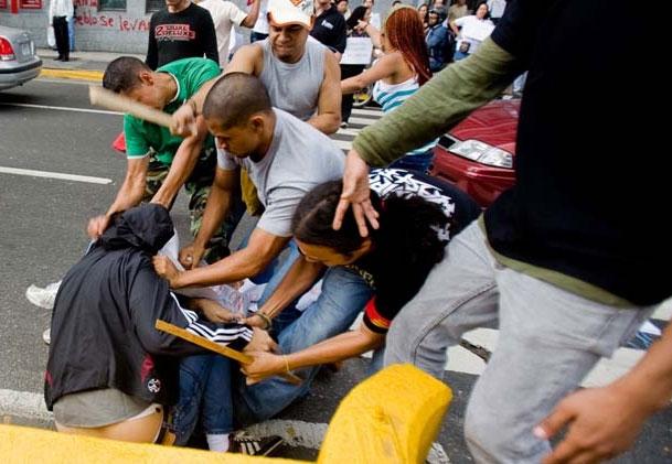 Defensoría acusa a periodistas por agredir a palos de madera