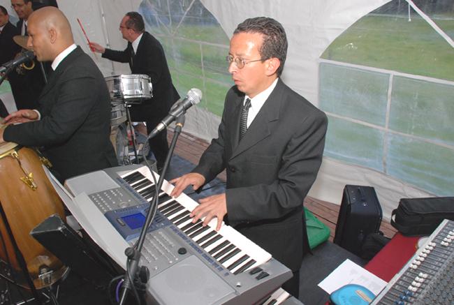 Cantante de bodas teme ser próximo músico afectado por un mal