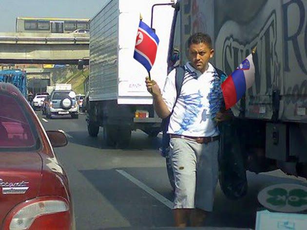 Buhonero frustrado porque le tocaron las banderitas de Corea del Norte y Eslovaquia
