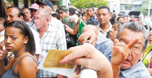 Nueva Ley prohibirá colas menores a 8 horas en oficinas públicas