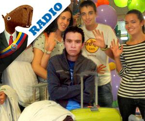 Jóvenes que se van del país asisten a despedida del único que se queda en Venezuela