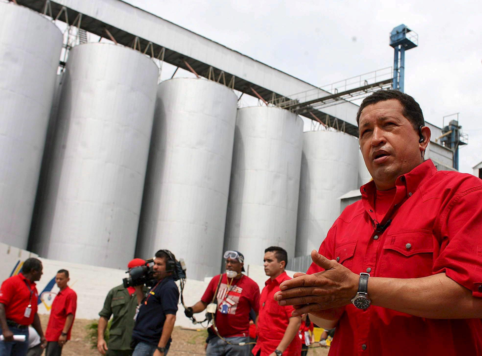 Chávez interviene aeropuerto, parada de autobús y mesita de noche