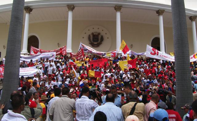Familiares de Diputados protestan frente a la Asamblea para que regresen a casa en Navidad