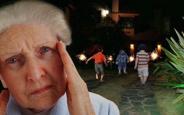 Abuela súper nerviosa con niños usando luces de bengala