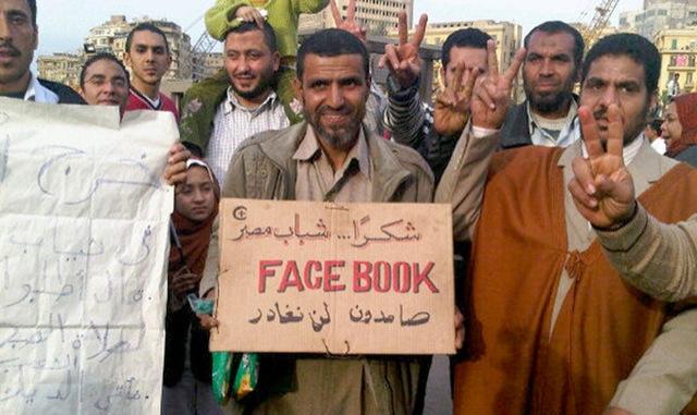 Egipcios celebran que podrán volver a usar Facebook para mariquear