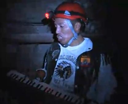 Delfín canta a los mineros chilenos