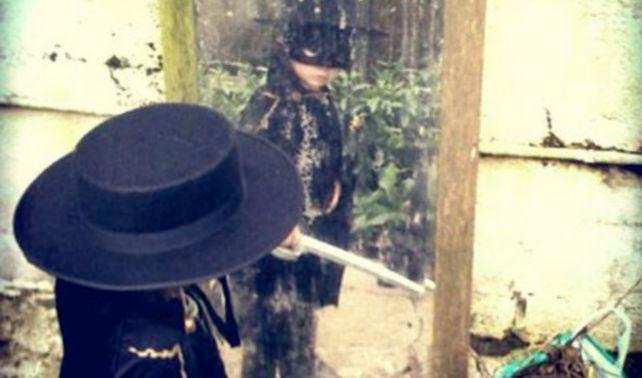 Niño no entiende por qué está disfrazado del Zorro