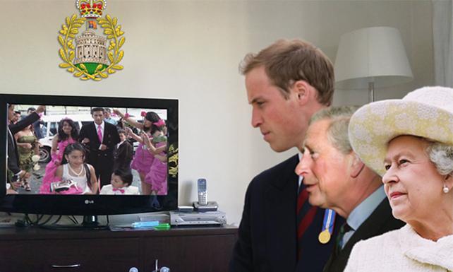 Familia real pegada a la TV viendo boda de pareja clase media criolla