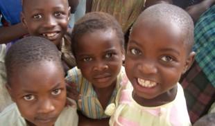 Niños africanos preguntan si pueden comer sobras de la boda real