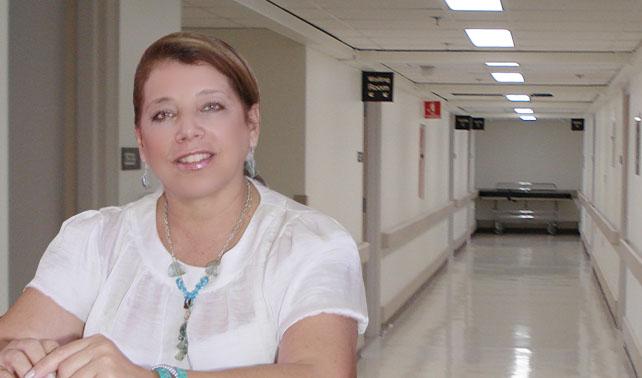 """Ministra de Salud se hace una cirugía en clínica privada para """"supervisar su funcionamiento"""""""