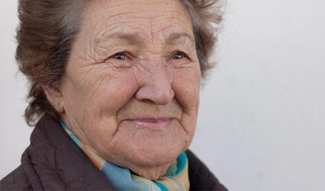 Señora mayor se colea y asume que nadie la vio