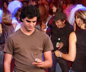 Joven simula chatear en Blackberry cuando no tiene con quién hablar en fiesta