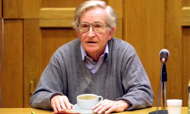 Después de 12 años, Chomsky descubre que el café marrón claro y el con leche son lo mismo