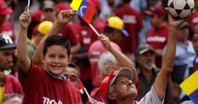 Venezolanos aplauden en las calles que VTV transmitió 2 horas libres de ideología