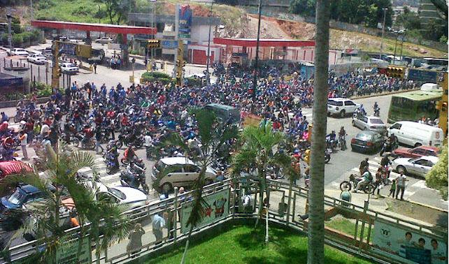 Motorizados protestan para que se eliminen los retrovisores de los carros