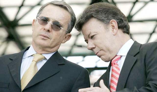 """Uribe le dice a Santos """"SIT SIT SIT"""" pero Santos desobece y se lame los genitales"""