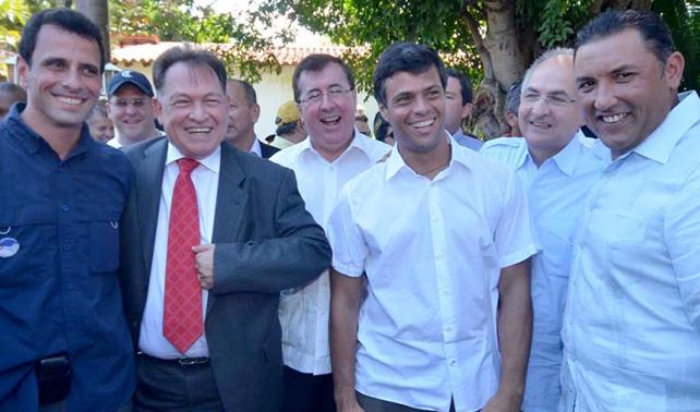 Candidatos muestran unidad posando cada quién a su propia cámara