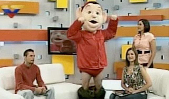 Muñeco de Chávez se mojonea, baja sus pantalones y se lanza como candidato