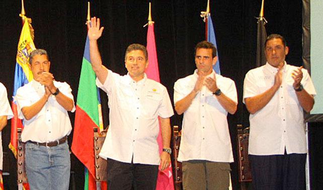 Salas Feo rompe la unidad levantando la mano en lugar de aplaudir