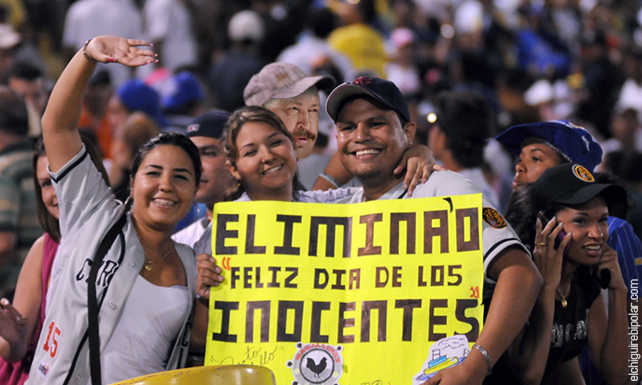 Chávez se deja crecer el bigote para entrar a un Caracas-Magallanes sin que lo piten