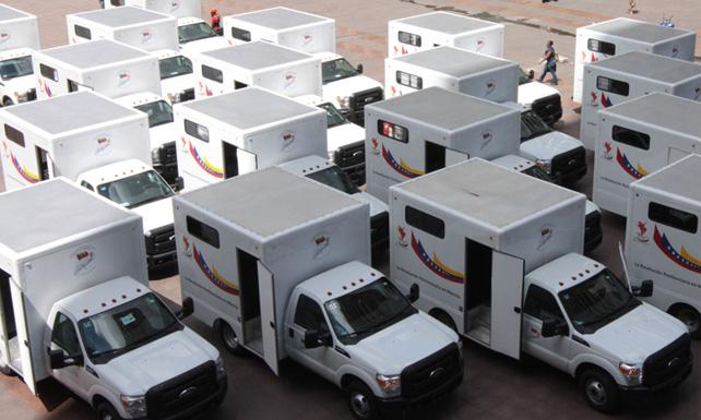 Muestran 25 vehículos para cárceles, semanas antes de que los vuelvan mierda