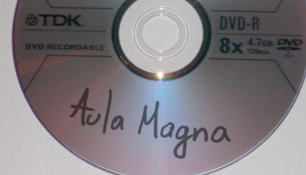 Previniendo vandalismo, vendedor de CDs piratas de la UCV saca copias del Aula Magna