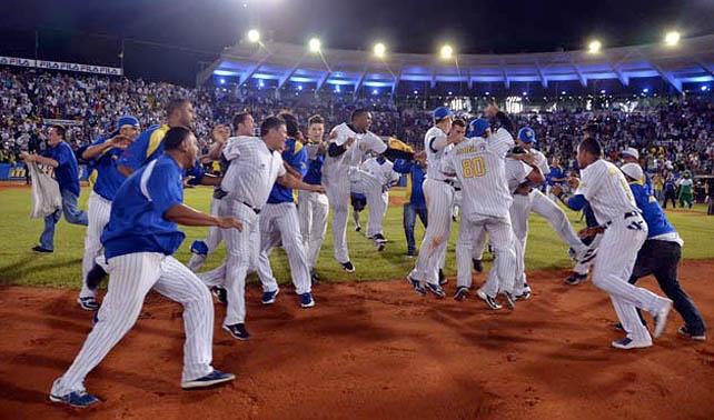 Fánaticos que sólo bebieron cerveza celebran esfuerzo físico de su equipo