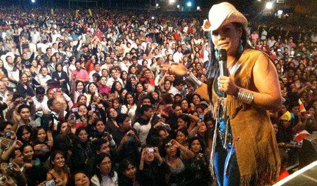En venganza a ladrón, Olga Tañón roba a 5000 personas cantando en concierto