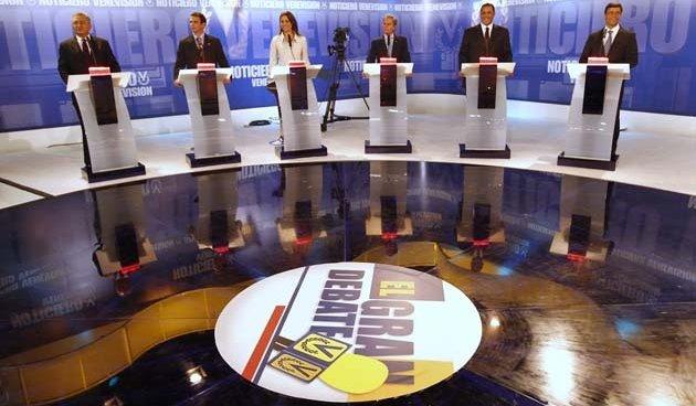 Precandidatos responden preguntas sonriendo y pidiendo que voten por ellos