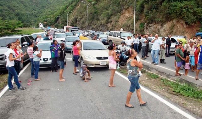 Familias de barrio caraqueño protestan por altos precios de canales Premium