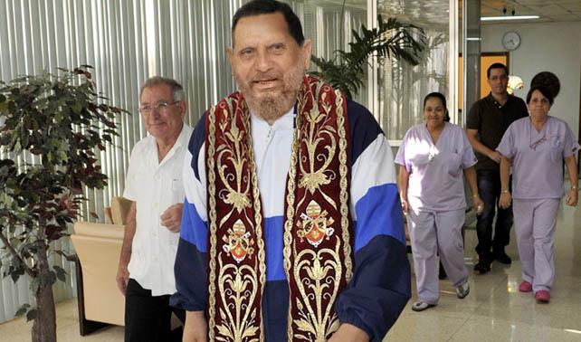 Papa, Chávez y Fidel se funden en súper criatura prejuiciosa