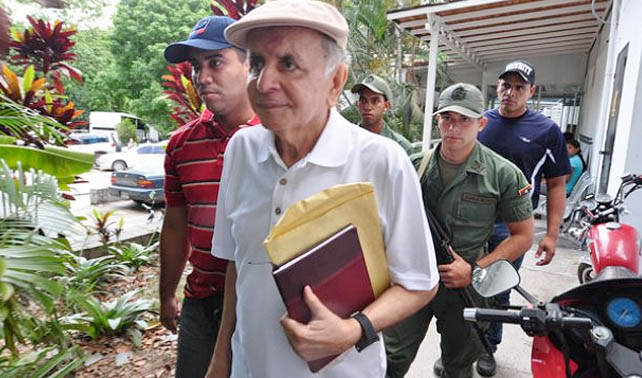Edmundo Chirinos recibe joven quinceañera virgen por cárcel