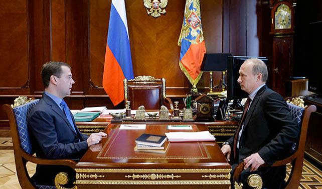 Después de 4 años Medvédev devuelve a Putin 3 libros prestados y una Rusia