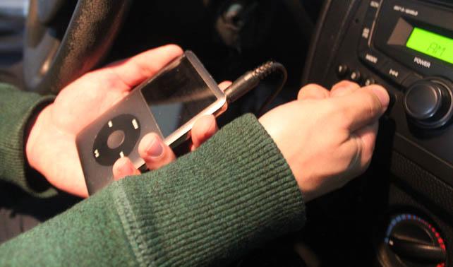 Joven ajusta exitosamente cable del iPod para que suene en cornetas del carro
