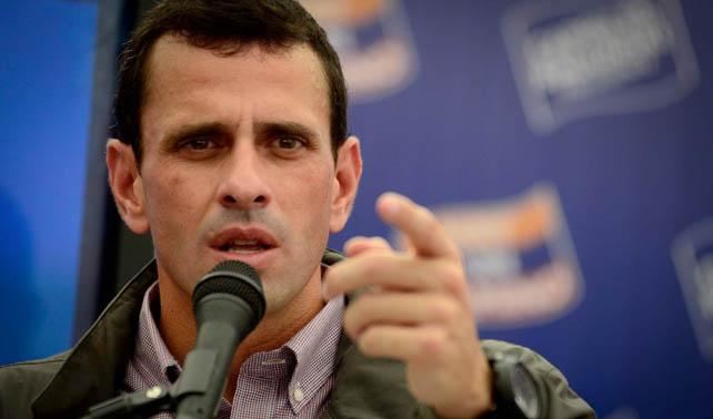 Ante la falta de reacción de Capriles, chavismo ataca a oposición de otros países