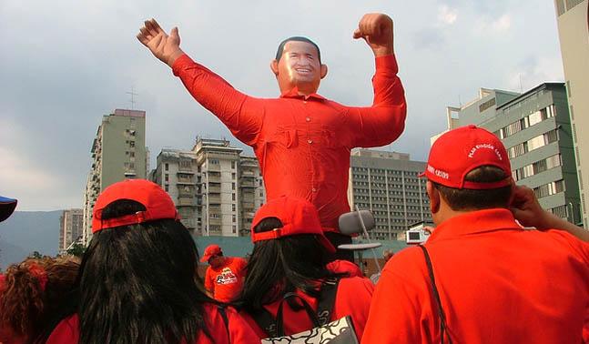Nombran Junta Militar sucesora presidida por silla, Diosdado y Chávez inflable