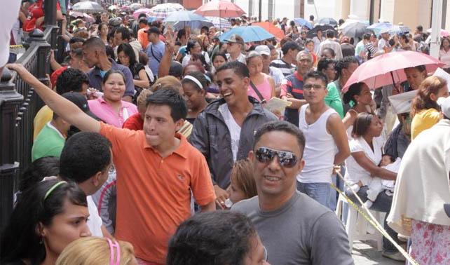 Venezolanos generan espontáneamente larga cola que no termina en nada