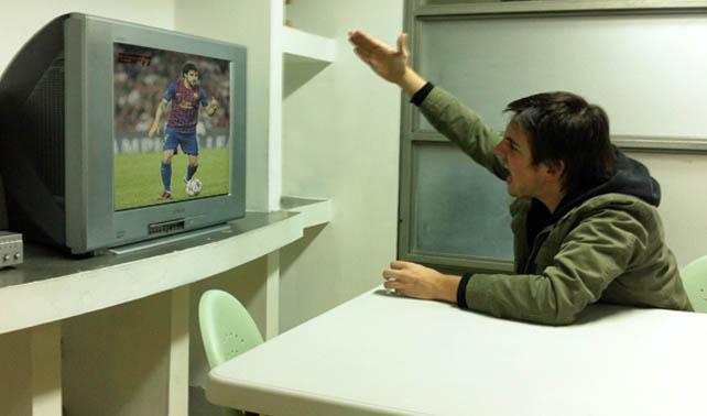 Televisor inseguro piensa que su dueño le grita a él durante juegos de fútbol