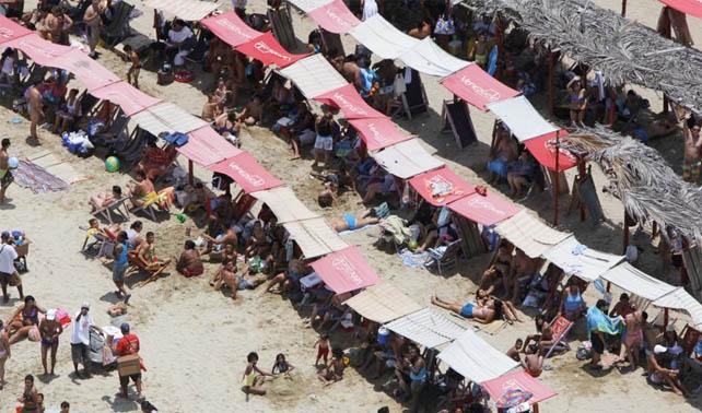 Finaliza viacrucis de señor intentando conseguir espacio libre en la playa