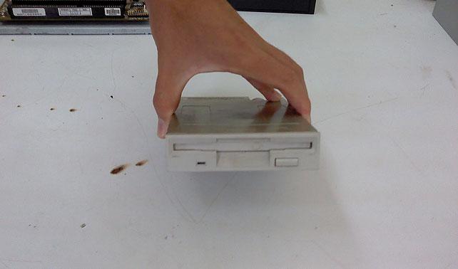 Floppy con más de diez años sin recibir disquete empieza a salir con chamo universitario