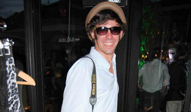 Joven compra en su viaje sombrero que no se atreverá a usar en su regreso a Venezuela