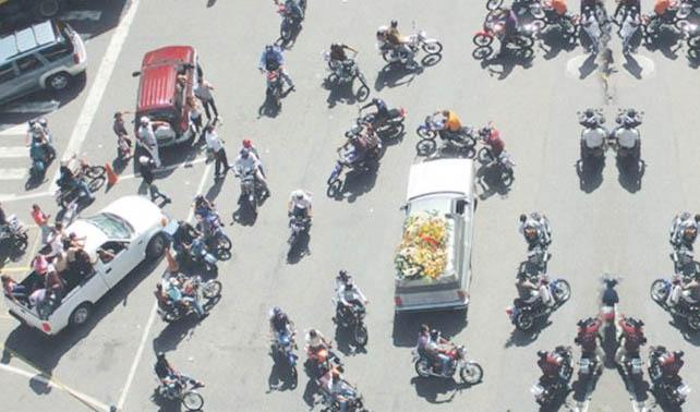 Motorizados siguen carroza fúnebre equivocada y terminan en pollera en Coro