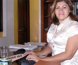 Secretaria habilita espacio en uña acrílica gigante para hacer publicidad