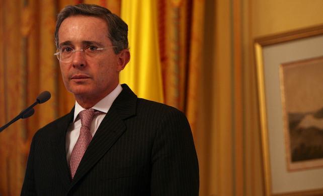 """Veterinarios recomiendan """"poner a dormir"""" a Uribe"""