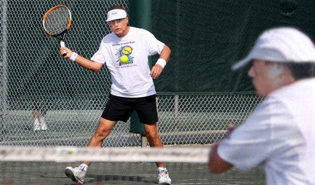 Arias Cárdenas agotado luego de jugar un partido de tenis por ambos equipos