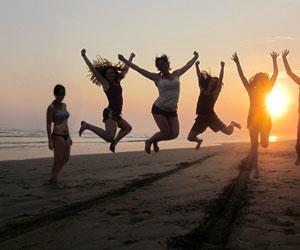 Amigas excluyen a chama que nunca brinca a tiempo en fotos en la playa