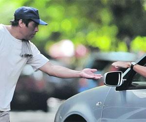 Cuida carros aumenta su tarifa en 700% y nadie se le queja