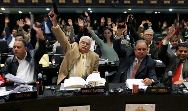 Diputados celebran inicio de discusiones de Ley Desarme echando tiros al aire